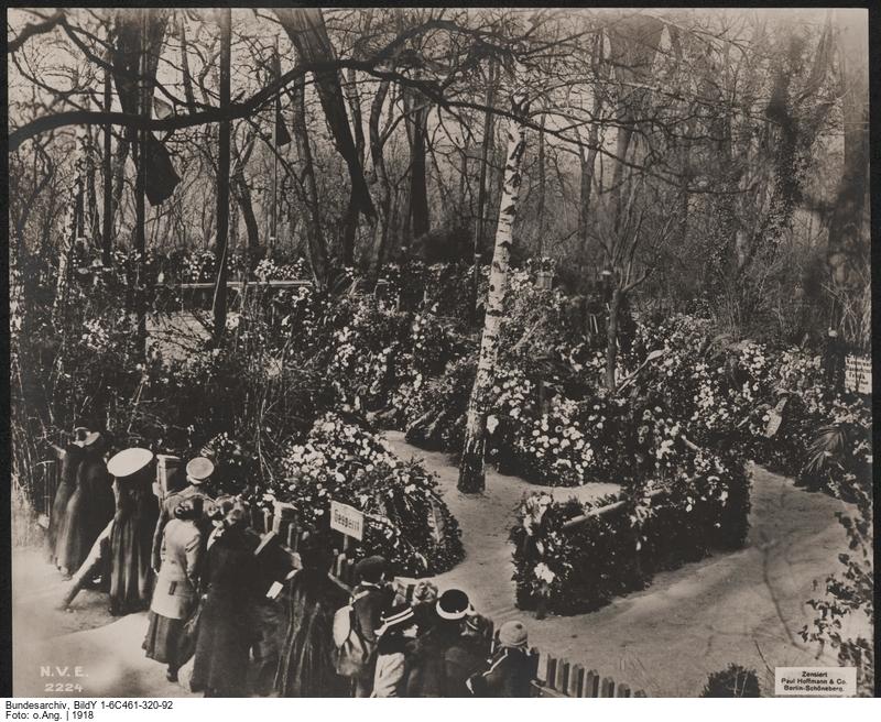 BArch, BildY 1-6C461-320-92 / o.Ang. Originaltitel: Beisetzung der Revolutionsopfer in Berlin, 20. Nov. 1918, Gesamtbild des Friedhofs der Märzgefallenen im Friedrichshain